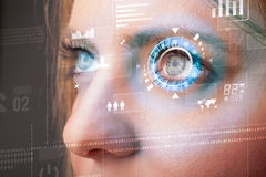 Mujer futura con el panel cibernético del ojo de la tecnología