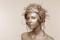Mujer futurista en casco del metal con los tornillos, las nueces y las cadenas fotografía de archivo libre de regalías