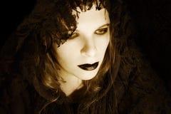Mujer gótica encapuchada Foto de archivo libre de regalías