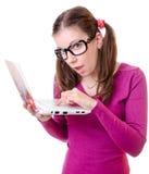 Mujer Geeky con una computadora portátil Foto de archivo libre de regalías