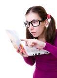 Mujer Geeky con una computadora portátil Imagen de archivo libre de regalías