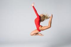 Mujer gimnástica o del bailarín hermosa que presenta en el fondo blanco Imagen de archivo libre de regalías