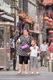 Mujer gorda con el niño, Pekín, China Fotografía de archivo