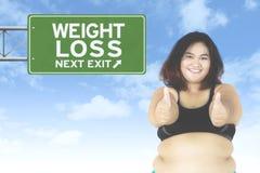 Mujer gorda con el poste indicador Foto de archivo libre de regalías