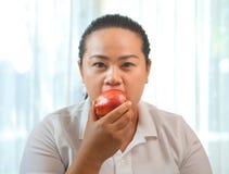 Mujer gorda con la manzana Imagen de archivo libre de regalías
