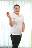 Mujer gorda con la manzana Fotografía de archivo libre de regalías