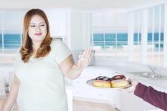 Mujer gorda con los anillos de espuma en casa Fotos de archivo libres de regalías