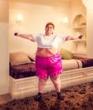 Mujer gorda en el entrenamiento, lucha contra obesidad imágenes de archivo libres de regalías