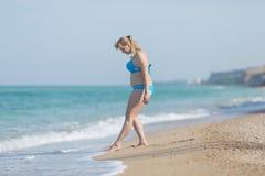 Mujer gorda en el traje de baño que entra en el mar Imagenes de archivo