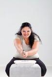 Mujer gorda que golpea la escala con el martillo Imagen de archivo libre de regalías