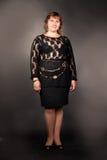 Mujer gorda que presenta sobre fondo oscuro Fotos de archivo libres de regalías