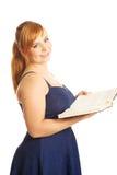 Mujer gorda que sostiene un libro Foto de archivo libre de regalías