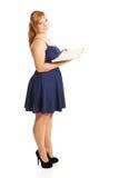 Mujer gorda que sostiene un libro Foto de archivo