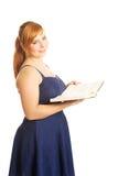 Mujer gorda que sostiene un libro Imagenes de archivo