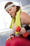 Mujer gorda resuelta con pesas de gimnasia Imagen de archivo libre de regalías