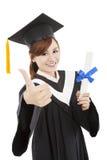 Mujer graduada con grado Fotos de archivo libres de regalías