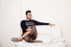 Mujer grande afroamericana bastante elegante de la mamá vestida bien el swag se relaja en casa, estampado leopardo en clothers Mi Fotos de archivo libres de regalías