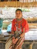 Mujer grande del pendiente del pueblo de la cumbre cerca de Chiang Mai, Tailandia Imagenes de archivo