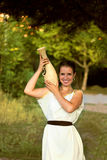 Mujer griega con el florero en el parque Imágenes de archivo libres de regalías