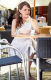 Mujer griega en el café Imágenes de archivo libres de regalías