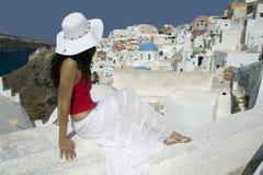 Mujer griega joven atractiva en las calles de Oia, Santorini Imagenes de archivo