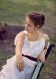 Mujer griega joven con joyería de oro Imagenes de archivo