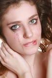 Mujer gritadora con maquillaje que fluye Imagenes de archivo