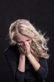 Mujer gritadora trastornada expresión trágica Imágenes de archivo libres de regalías