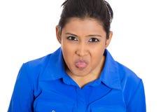 Mujer grosera infantil joven enojada del matón que pega la lengua hacia fuera Fotografía de archivo libre de regalías