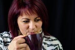 Mujer haared rojo con una bebida caliente Imagen de archivo libre de regalías