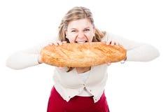 Mujer hambrienta con pan imágenes de archivo libres de regalías