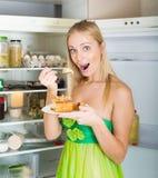 Mujer hambrienta que come la torta Imagen de archivo