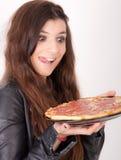 Mujer hambrienta que sostiene una pizza Imagen de archivo libre de regalías