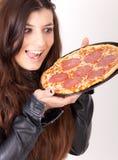 Mujer hambrienta que sostiene una pizza Imagenes de archivo