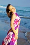 Mujer hermosa acariciada por el sol en la playa Fotografía de archivo libre de regalías