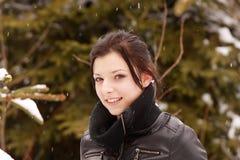 Mujer hermosa al aire libre en la nieve imagen de archivo