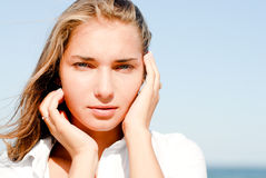 Mujer hermosa al aire libre por el mar azul el día de verano Fotos de archivo