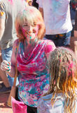 Mujer hermosa alegre el vacaciones en el parque Fotos de archivo libres de regalías