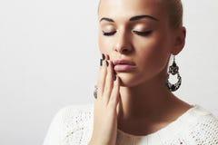 Mujer hermosa. Arena manicure.hairless de la joyería y de Beauty.girl.ornamentation.liquid Fotos de archivo libres de regalías