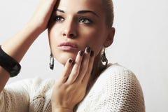 Mujer hermosa. Arena manicure.hairless de la joyería y de Beauty.girl.ornamentation.liquid imágenes de archivo libres de regalías