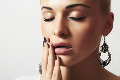 Mujer hermosa. Arena manicure.hairless de la joyería y de Beauty.girl.ornamentation.liquid imagen de archivo libre de regalías