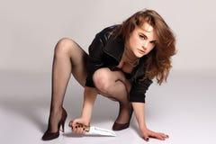 Mujer hermosa atractiva con el cuchillo Imagen de archivo libre de regalías