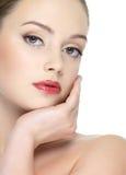 Mujer hermosa atractiva con el lápiz labial rojo brillante Foto de archivo libre de regalías