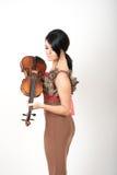 Mujer hermosa atractiva con el violín Imagen de archivo