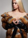 Mujer hermosa atractiva en abrigo de pieles modelo de moda de la belleza del invierno Girl fotografía de archivo libre de regalías