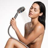 Mujer hermosa atractiva en cuerpo que se lava de la ducha Imagenes de archivo