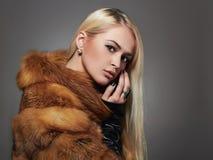 Mujer hermosa atractiva en piel modelo de moda de la belleza del invierno Girl fotografía de archivo libre de regalías
