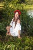 Mujer hermosa, atractiva en una guirnalda roja -1 Imagen de archivo
