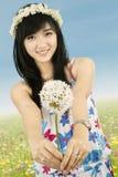 Mujer hermosa atractiva que da una flor fotos de archivo libres de regalías