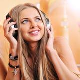 Mujer hermosa atractiva que disfruta de la música Imágenes de archivo libres de regalías